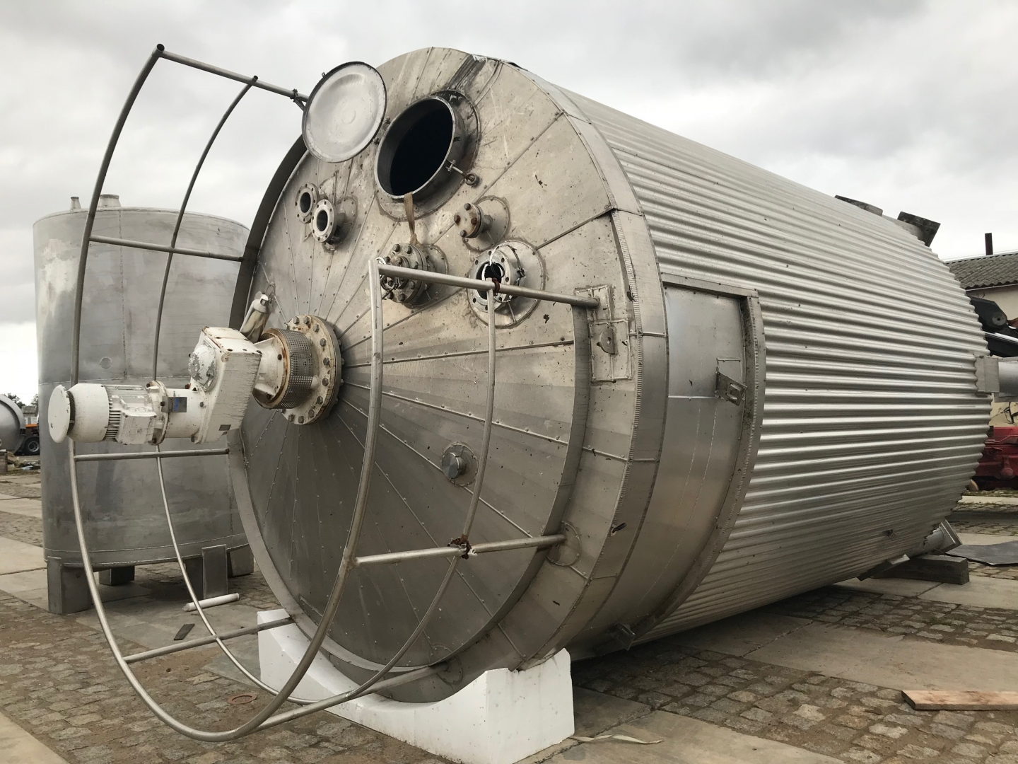 40.000l stainless steel tank with agitator and heating
