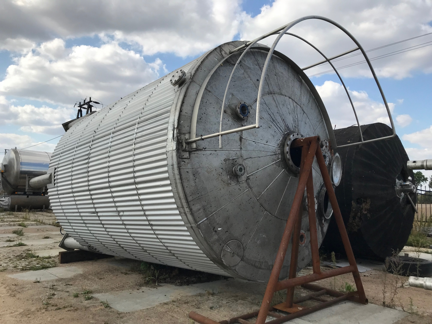 40m3 insulated stainless steel tank with heating.